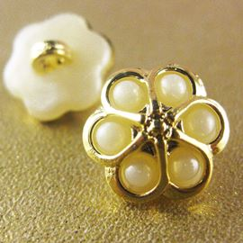 Daisy Button. Gold/Pearl. 15mm / Ligne 23