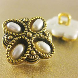 Celtic Flower Button. Gold/Pearl. 18mm / Ligne 28