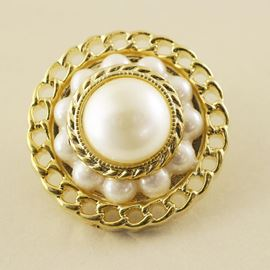 Chain Edge Button. Pearl/Gold. 25mm / 40 Ligne