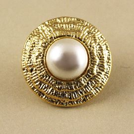 Oyster Button. Pearl/Gold. 15mm / 23 Ligne