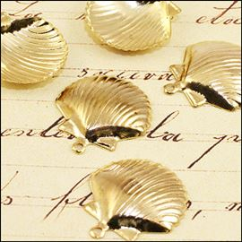 Seaside Clam Shell Charm. Gold 17mm.